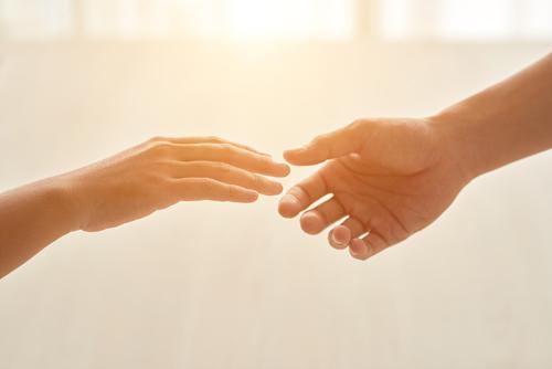 Handen die naar elkaar reiken voor balans
